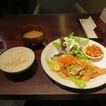マノ ア マノ - 豚肉とキャベツのマスタード炒め(税込900円)