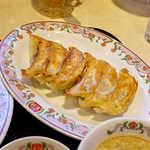 餃子の王将 - 餃子(一人前¥259)。タレを付けないと、ニュートラルな味付けだ