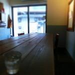33307969 - 大きなテーブル席が入口近くにデーーンと。。。