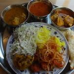 タージマハル インドカレー&スペインバー - カレー3種、フライ2種、サラダ、ナン