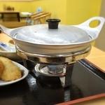 がんば亭 - テキパキとお盆に固形燃料コンロ、アルマイト鍋をセットされ会計。自分好みに煮込めて、いつまでも熱々という寸法w