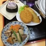 がんば亭 - 惣菜類も充実してるのが嬉しい。100円のおかず2皿とおむすび50円♫