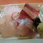 魚菜料理 赤井 - お造りのヒラメ、アジ、ブリ。