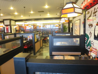 五味八珍 浜松駅ビル メイワン店 - 細かく区切られたテーブル席