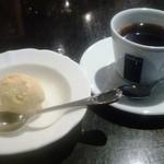 トラットリア ジラソーレ - パスタランチの食後のデザート(リンゴのアイスクリーム)とコーヒー