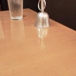 カフェ&ブックス ビブリオテーク - ちょうど死角になるため、ピカピカのテーブルベルが置いてあります