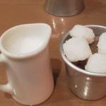 カフェ&ブックス ビブリオテーク - ミルクもちゃんと温めてあります。 ブラックなのでどちらもm(_ _)m
