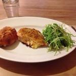 カタネカフェ - 本日のお料理(左からバゲット&チキン料理&サラダ)