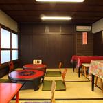 セ・デュール - アーティストの作品が印象的な2階。ちゃぶ台10席、テーブル8席。