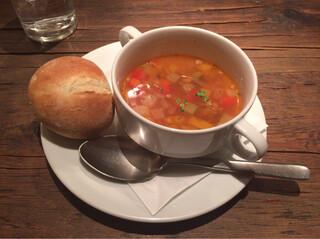 CAFE RIGOLETTO - セットのスープとパン。控え目なサイズながら味はしっかり。