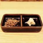 銀座 篝 - 鶏白湯SOBAの薬味。フライドオニオンとおろし生姜 '14 11月中旬