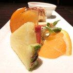 Ginsai 銀座 - 美肌ランチコース 1980円 の酵素フルーツ、ヨーグルトムース、ティラミスの盛り合わせ