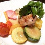 33346433 - 美肌ランチコース 1980円 の鶏もも肉のこんがりソテー ごろっとフリット野菜コンソメスープ