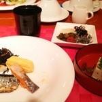 Koji - 和食も充実!お粥、ご飯両方に合う、漬物、お魚、昆布など豊富!寒い朝に湯豆腐はありがたい。