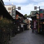 Kawachiya - 店の前から帝釈天の方を見る