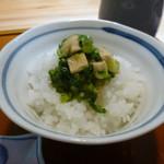花隈 佐々木 - 御飯(蕪の葉と薄揚げの胡麻油和え御飯)、香の物、赤だしアップ