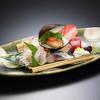 こむ - 料理写真:旬な魚介のお造り盛り込み