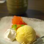 鉄板焼 二平 - デザート 青森県産りんごのワイン煮とバニラアイス