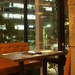 鉄板焼 二平 - 景色も楽しめるテーブル席