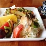 ジャック&ベティー - ¥700から ブランチセット 生ハム入りサラダ・たっぷりフルーツが自慢です。