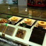 Farmkuchen Fukasaku - 店内カウンターです。3種類のバームクーヘンが展示されています。