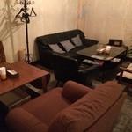 ワインカフェ京都烏丸 - ソファー席。団体様の場合、2テーブル使用になります。