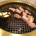 南大門 - 上ミノとニンニクオイル焼き。上ミノはプリプリしていて、食感も風味も最高でした!