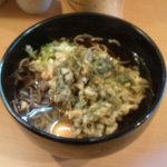 侍 - 春菊天そば(黒)+卵(430円)