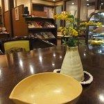 珈琲蔵人珈蔵 - テーブル上。かわいい花とシンプル灰皿。