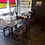 一葉軒 - 入口にはゆったりしたテーブル席