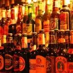 ビリー・バルゥーズ・ビア・バー - カウンターの後ろには世界のビールが所狭しと並べられてます!