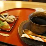 万葉 - お盆に、コーヒーとわらびもち、黒豆みかさ、餡餅2種