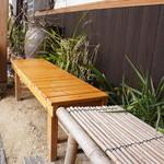 万葉 - 入り口脇にある、木と竹の床几
