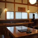万葉 - 入ったところの店内は、大テーブルと4人掛けテーブルが2卓、それにカウンター