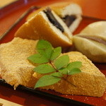 万葉 - 弾力のあるわらびもちと、黒豆みかさ四分の一切れが2個、小豆餡餅半切れ、白餡餅半切れ