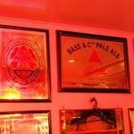 ビリー・バルゥーズ・ビア・バー - 壁にはビールやウイスキーのミラーがたくさん!