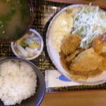 福島屋 - 海鮮ミックスフライ定食¥900☆同僚の注文を上空より撮影したため、アングルがおかしいのとブレてます<m(__)m>