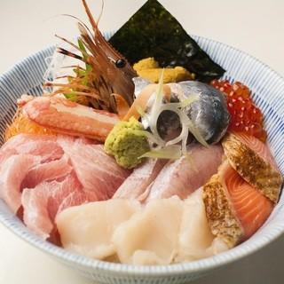 新鮮な海の幸をふんだんに使ったお料理をご用意しております。