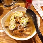 立ち食い焼肉 と文字 - 仙台牛の塩煮込み(¥410)。精肉部分とホルモン、両方入って食べ得です♪