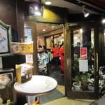 ラ・ピッコラ・ターヴォラ - 入り口から見る。店内の活気が伝わってくる