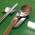 魔女 - 食器のフォルムも妖麗。箸置きはオーナーの手作りだとか。スプーン置きのように見えるのは、実はデザート用のスプーン。