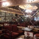 ローヤル珈琲店 - 奥のガラス壁の客室