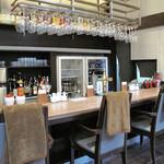 口福吉祥 喜喜龍 - カウンター席。ハコはあまり中華っぽい内装ではなく、レストラン風です。