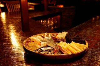 bar 松虎 - こだわりの干物の炙りや、おすすめ食材を炭火焼きで。