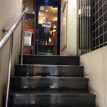 広島お好み焼き 海 - お店は2階です