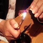 """ダイニング酒場 風"""" - ホタルイカはライターで炙って食べます。"""