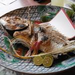 松魚亭 - 大きな鯛の塩焼き