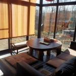 奥芝商店 - 窓側のソファー席