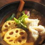 奥芝商店 - 三種の十勝ギョーザのカリー(1100円)+海老スープ(100円)