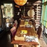奥芝商店 - 奥の大テーブル席